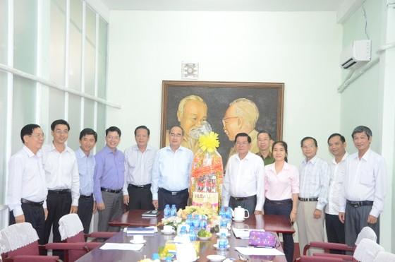 Bí thư Thành ủy TPHCM Nguyễn Thiện Nhân:  Sự hài lòng của người dân là cơ sở trả thu nhập tăng thêm cho công chức ảnh 2