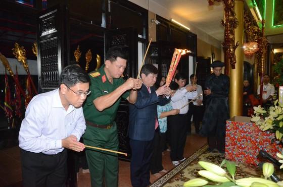 Chủ tịch UBND TPHCM dâng hương các bậc tiền nhân trước thời khắc Giao thừa 2019 ảnh 2