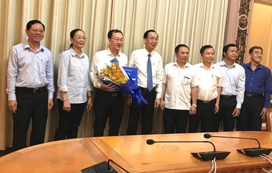 Phó Chủ tịch Thường trực UBND TPHCM Lê Thanh Liêm trao quyết định điều động cán bộ ảnh 1