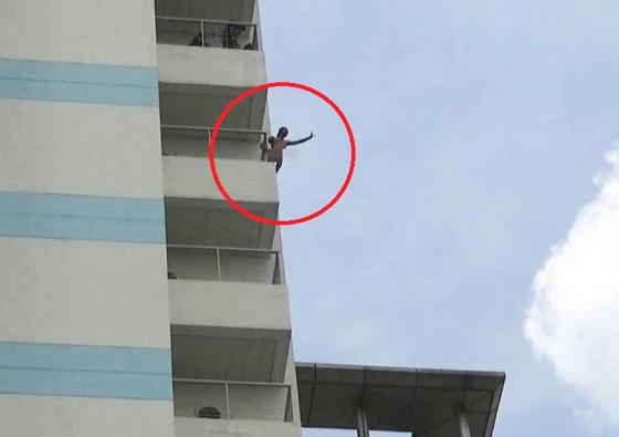 Nam thanh niên không mảnh vải che thân đu trên tầng 10 bệnh viện ảnh 1