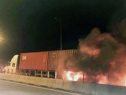 Xe khách ủi xe container trên cao tốc Long Thành, 2 người chết ảnh 1