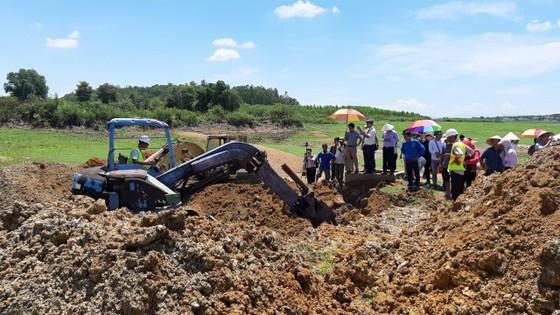 Đang khai quật cống xả ngầm của AB Mauri thải ra sông La Ngà ảnh 1