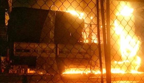 Vụ hai ô tô cháy giữa đêm, nghi do bị ném 'bom xăng' ảnh 2