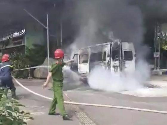 Xe khách bị cháy trơ khung ảnh 2