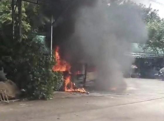 Xe khách bị cháy trơ khung ảnh 1