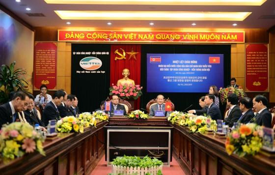Đoàn cấp cao Triều Tiên tham quan tổ hợp nghiên cứu, sản xuất thiết bị dân sự của Viettel ảnh 2