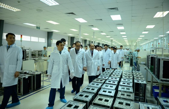 Đoàn cấp cao Triều Tiên tham quan tổ hợp nghiên cứu, sản xuất thiết bị dân sự của Viettel ảnh 3