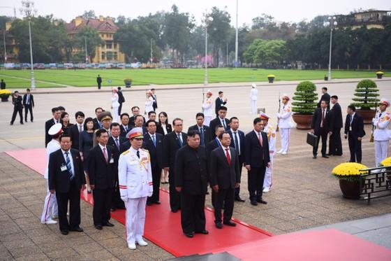 Chủ tịch Triều Tiên Kim Jong-un vào Lăng viếng Chủ tịch Hồ Chí Minh trước khi rời Hà Nội ảnh 5