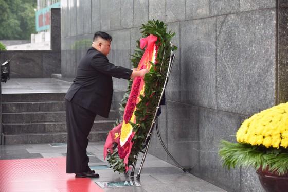Chủ tịch Triều Tiên Kim Jong-un vào Lăng viếng Chủ tịch Hồ Chí Minh trước khi rời Hà Nội ảnh 6