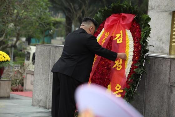 Chủ tịch Triều Tiên Kim Jong-un vào Lăng viếng Chủ tịch Hồ Chí Minh trước khi rời Hà Nội ảnh 13