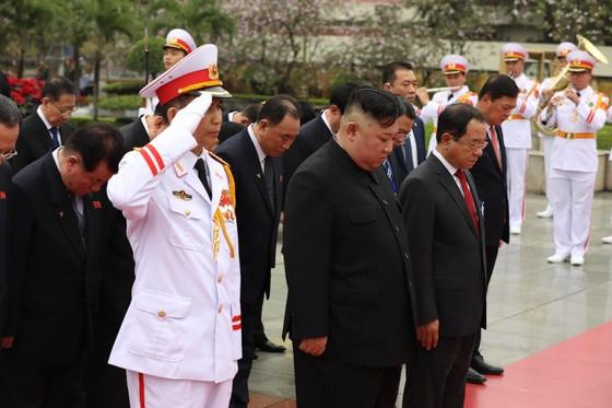Chủ tịch Triều Tiên Kim Jong-un vào Lăng viếng Chủ tịch Hồ Chí Minh trước khi rời Hà Nội ảnh 14