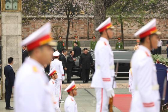 Chủ tịch Triều Tiên Kim Jong-un vào Lăng viếng Chủ tịch Hồ Chí Minh trước khi rời Hà Nội ảnh 10