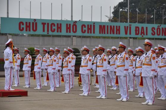 Chủ tịch Triều Tiên Kim Jong-un vào Lăng viếng Chủ tịch Hồ Chí Minh trước khi rời Hà Nội ảnh 2