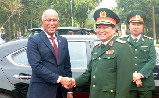 Bộ trưởng Quốc phòng Philippines thăm chính thức Việt Nam ảnh 1