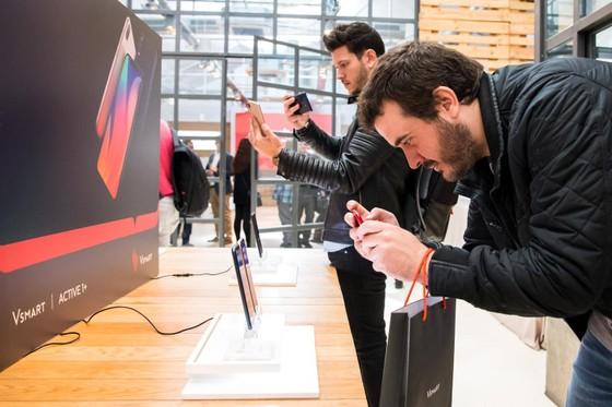 Vingroup mở bán điện thoại thông minh Vsmart ở châu Âu ảnh 2