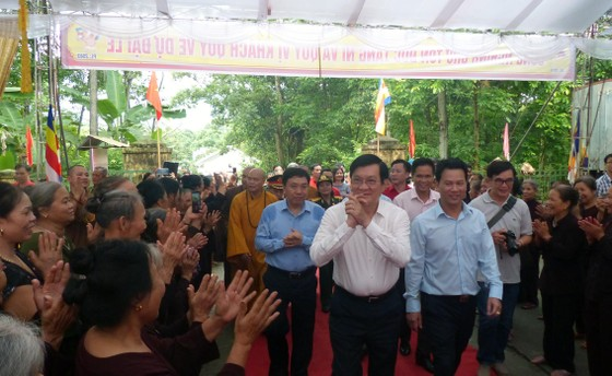Nguyên Chủ tịch nước Trương Tấn Sang dâng hương, hoa tri ân các anh hùng, liệt sĩ tại Vị Xuyên ảnh 11