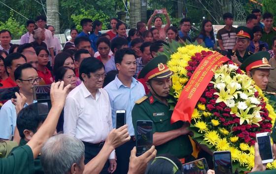 Nguyên Chủ tịch nước Trương Tấn Sang dâng hương, hoa tri ân các anh hùng, liệt sĩ tại Vị Xuyên ảnh 1
