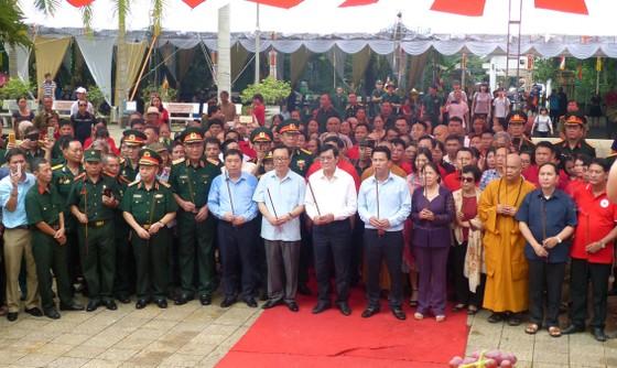Nguyên Chủ tịch nước Trương Tấn Sang dâng hương, hoa tri ân các anh hùng, liệt sĩ tại Vị Xuyên ảnh 2