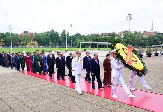 Lãnh đạo Đảng và Nhà nước vào Lăng viếng Chủ tịch Hồ Chí Minh ảnh 2
