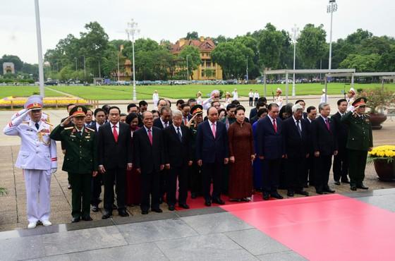 Lãnh đạo Đảng và Nhà nước vào Lăng viếng Chủ tịch Hồ Chí Minh ảnh 3