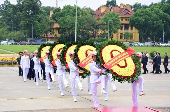 Lãnh đạo Đảng và Nhà nước vào Lăng viếng Chủ tịch Hồ Chí Minh ảnh 1