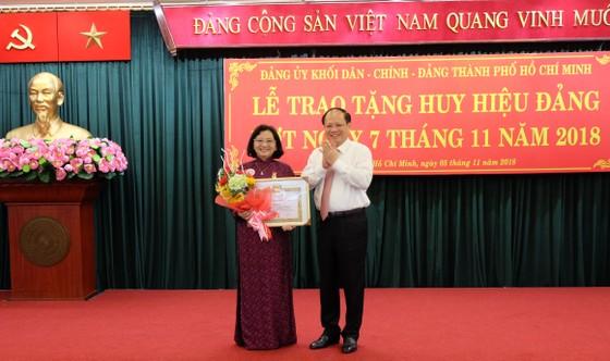 Đảng ủy khối Dân - Chính - Đảng trao tặng huy hiệu Đảng cho 15 đồng chí ảnh 1
