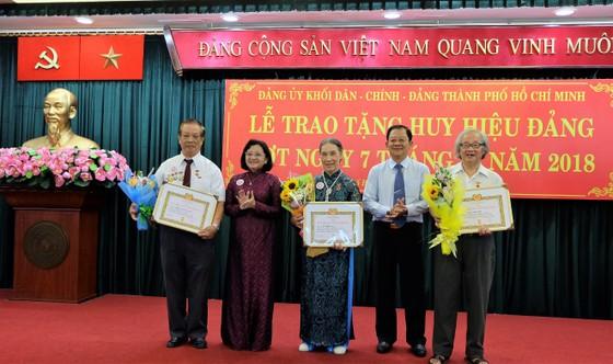 Đảng ủy khối Dân - Chính - Đảng trao tặng huy hiệu Đảng cho 15 đồng chí ảnh 2