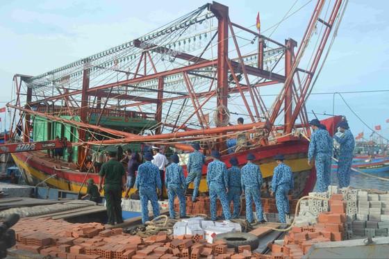 Lai dắt tàu cá Quảng Bình hỏng máy về đảo Lý Sơn (Quảng Ngãi) ảnh 1