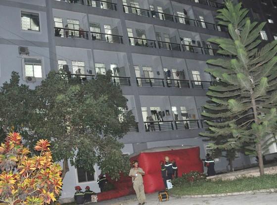 Giải cứu thành công người đàn ông trèo lầu 7 bệnh viện Quảng Ngãi đòi tự tử ảnh 1