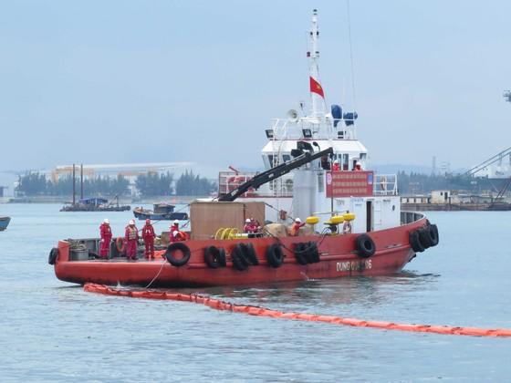 Diễn tập tìm kiếm cứu nạn hàng hải trong vùng nước cảng biển Quảng Ngãi ảnh 3