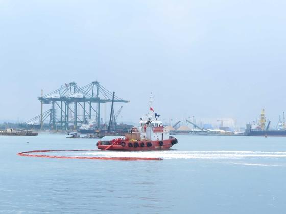 Diễn tập tìm kiếm cứu nạn hàng hải trong vùng nước cảng biển Quảng Ngãi ảnh 2