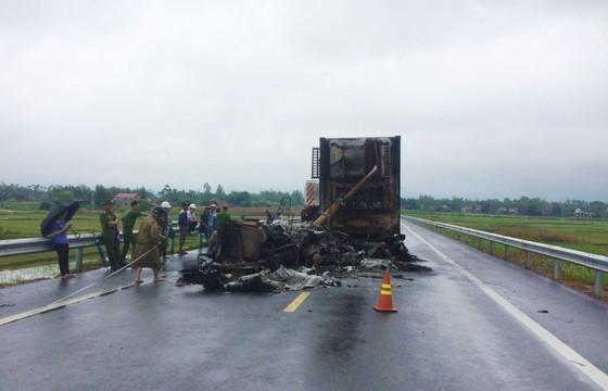 Cháy xe đầu kéo trên cao tốc Đà Nẵng - Quảng Ngãi ảnh 1