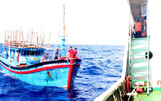 Lai dắt tàu cá ngư dân Quảng Ngãi gặp nạn về đảo Lý Sơn ảnh 2