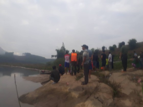 Tìm kiếm 2 trẻ đuối nước khi chơi cạnh bờ sông ảnh 1
