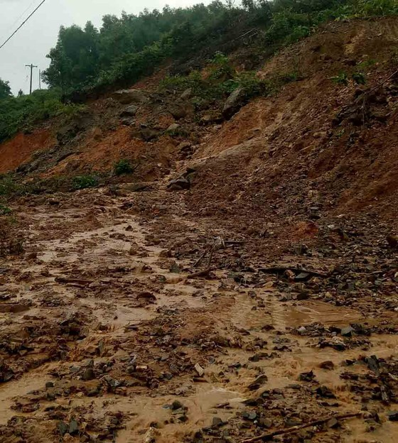 Sạt lở sông Vệ đe dọa hàng trăm hộ dân, nhiều nơi vùng núi bị cô lập ảnh 9