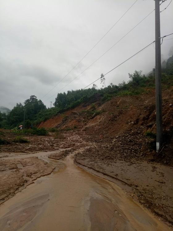 Sạt lở sông Vệ đe dọa hàng trăm hộ dân, nhiều nơi vùng núi bị cô lập ảnh 12