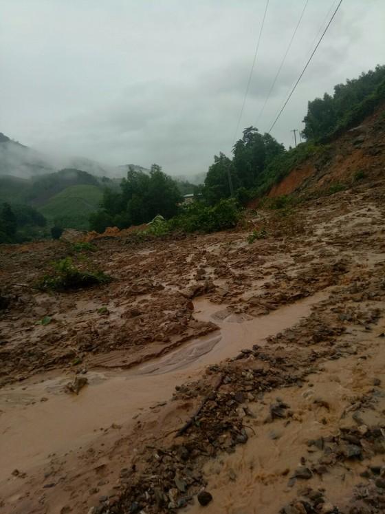 Sạt lở sông Vệ đe dọa hàng trăm hộ dân, nhiều nơi vùng núi bị cô lập ảnh 10