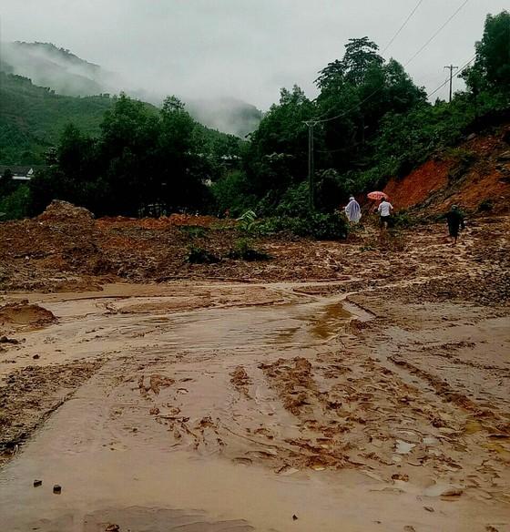 Sạt lở sông Vệ đe dọa hàng trăm hộ dân, nhiều nơi vùng núi bị cô lập ảnh 11