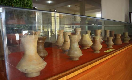Trưng bày Bảo vật Quốc gia và hiện vật tàu cổ đắm trên vùng biển Quảng Ngãi ảnh 1