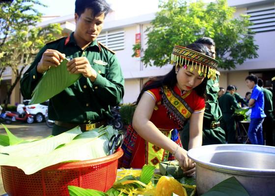 Quảng Ngãi: Các chiến sĩ gói bánh chưng xanh vì người nghèo  ảnh 4