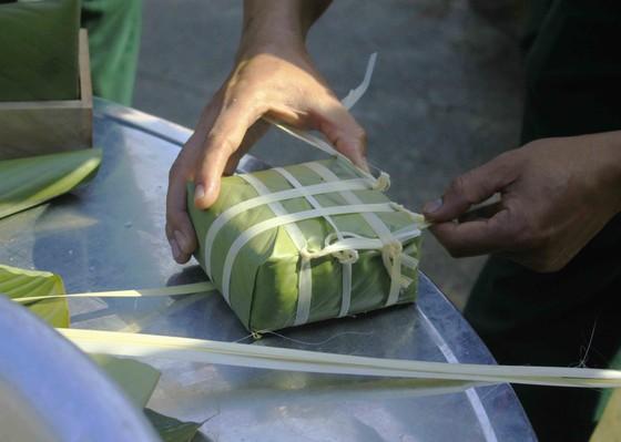 Quảng Ngãi: Các chiến sĩ gói bánh chưng xanh vì người nghèo  ảnh 3