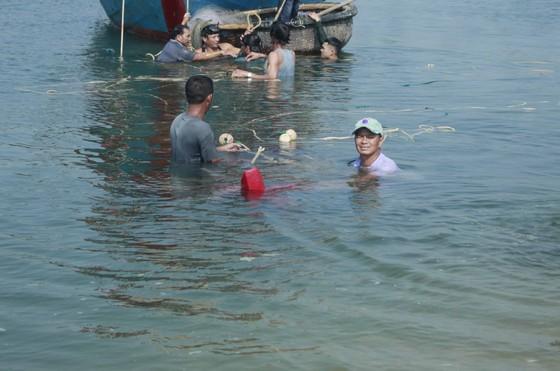 Hàng trăm người dân trục vớt 2 chiếc tàu do sóng đánh chìm ảnh 2