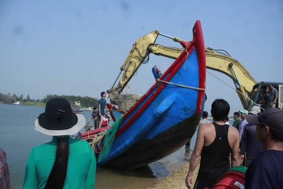 Hàng trăm người dân trục vớt 2 chiếc tàu do sóng đánh chìm ảnh 6