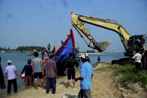 Hàng trăm người dân trục vớt 2 chiếc tàu do sóng đánh chìm ảnh 1