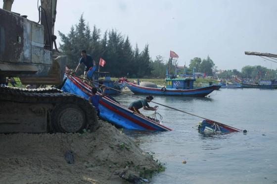 Hàng trăm người dân trục vớt 2 chiếc tàu do sóng đánh chìm ảnh 4