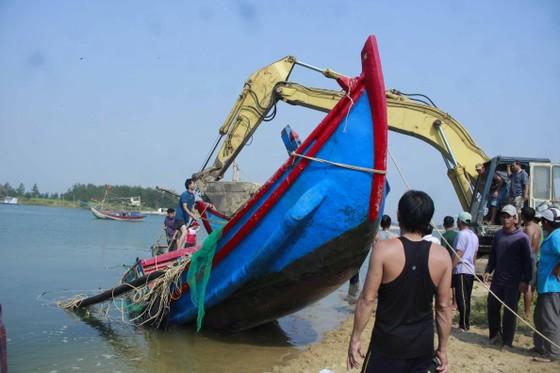 Hàng trăm người dân trục vớt 2 chiếc tàu do sóng đánh chìm ảnh 5