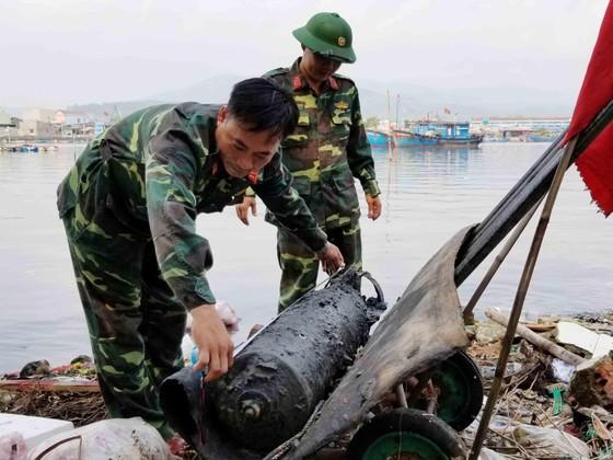 Quảng Ngãi: Vớt quả ngư lôi nặng gần 100kg ảnh 1