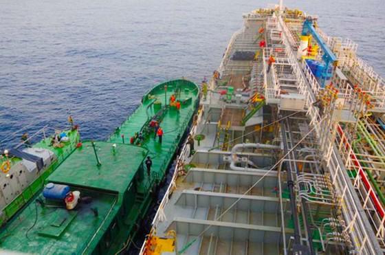 Bắt vụ sang chiết xăng trên vùng biển Quảng Ngãi ảnh 1