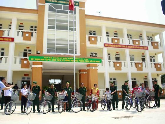 Bộ đội Biên phòng TPHCM trao quà cho người nghèo và học sinh đảo Lý Sơn ảnh 2