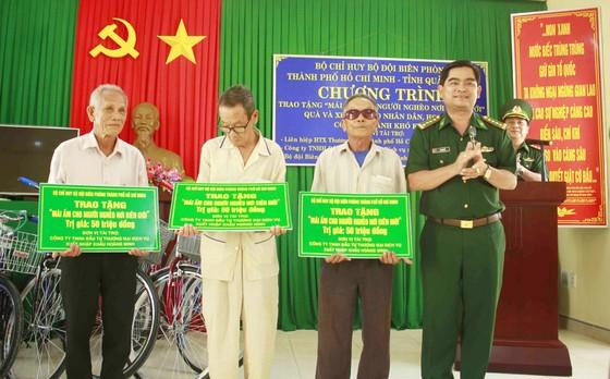 Bộ đội Biên phòng TPHCM trao quà cho người nghèo và học sinh đảo Lý Sơn ảnh 1